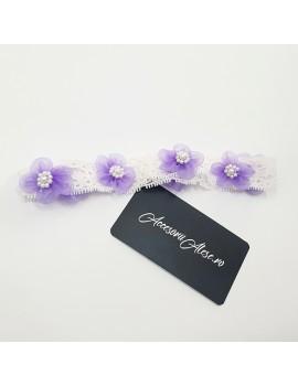 Bentita cu dantela alba, accesorizata cu flori lila, pentru fetita.