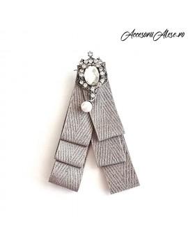 Brosa funda din material textil si accesoriu cu cristale